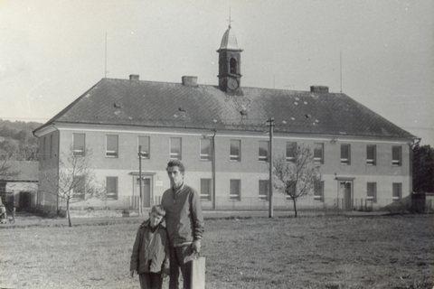 Valteřická škola přibližně v roce 1973, před ní stojí pan učitel Vlasák se svým synem Romanem