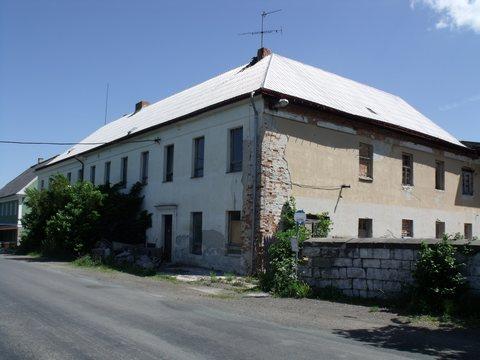 Budova bývalé školy v květnu 2012